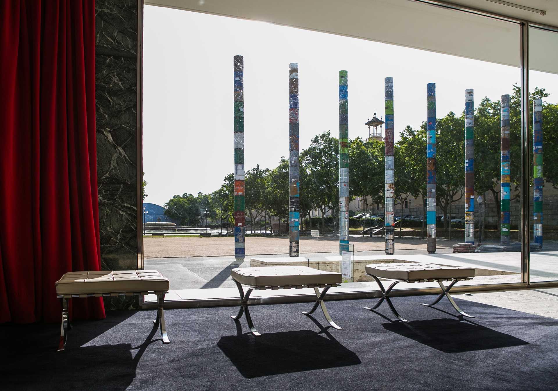 Conmemorative columns Barcelona Pavilion  - 75 01 30